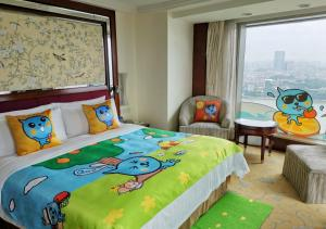 A bed or beds in a room at Shangri-La Guangzhou (Welcome minibar is provided upon arrival)