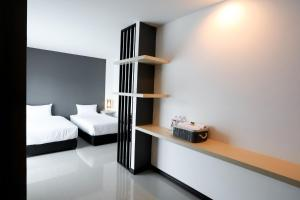 Ein Bett oder Betten in einem Zimmer der Unterkunft The Rest Hotel - ประจวบ