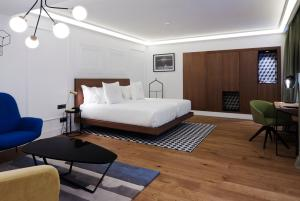 A bed or beds in a room at One Shot Palacio Reina Victoria 04