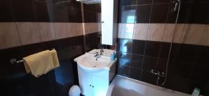A bathroom at Apartments Lampalo