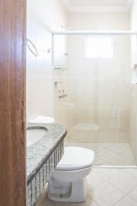 A bathroom at Bombinhas Praia Apart Hotel - unidade rua Bem Te Vi