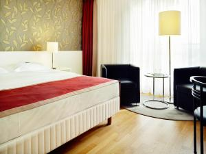 A bed or beds in a room at Hotel Stadt Freiburg