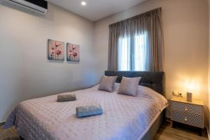A bed or beds in a room at Big Blue suites 2