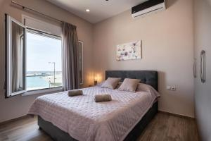 A bed or beds in a room at Big Blue suites 1