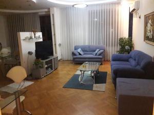 Uma área de estar em Metro Old Town.Apartment