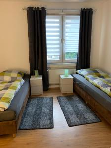 A bed or beds in a room at Ferienwohnung-DU-Florapark 1