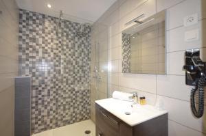 A bathroom at Hôtel Edelweiss