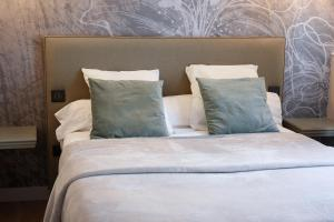 A bed or beds in a room at Auberge la Renaissance