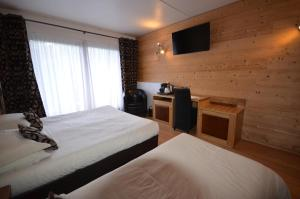 A bed or beds in a room at Hôtel Edelweiss