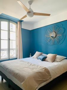 A bed or beds in a room at L'Escale au Coeur du Vieux Port de Marseille
