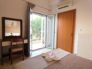 Ένα ή περισσότερα κρεβάτια σε δωμάτιο στο Ξενοδοχείο Λαζαράτος