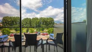 A balcony or terrace at Hotel AquaCity Mountain View