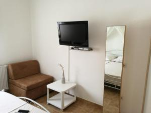 A television and/or entertainment centre at Ferienhaus Bozena Appartment 4