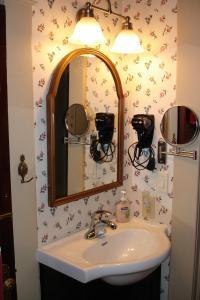 A bathroom at The Lattice Inn