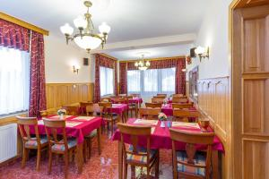 A restaurant or other place to eat at Júlia Panzió