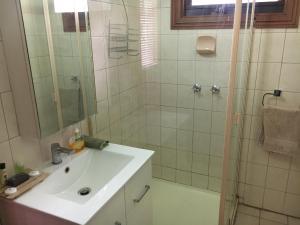 A bathroom at Bells Estate Great Ocean Road Cottages