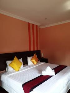 A bed or beds in a room at Baan Mesuk Hua Hin Spa and Resort