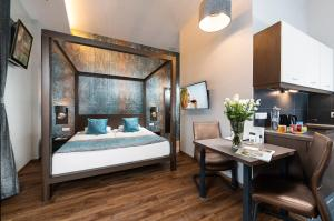 A bed or beds in a room at Opera Garden Hotel & Apartments