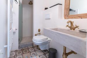 A bathroom at Le Piccole Case Bianche