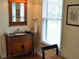 A bathroom at Anne's Washington Inn