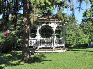 A garden outside Anne's Washington Inn
