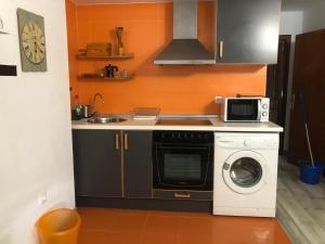 Una cocina o zona de cocina en Apartamentos La Mar