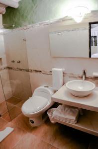 A bathroom at Hotel La Posada de San Antonio