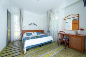 A bed or beds in a room at Hotel Della Baia