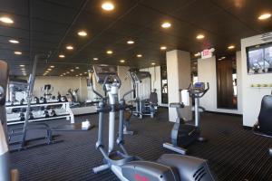 Фитнес-центр и/или тренажеры в Stonebridge Hotel Fort St. John