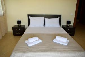 A bed or beds in a room at Bouganvillia Olivielias.Air2
