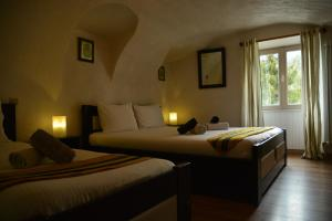 A bed or beds in a room at Auberge Saint Martin