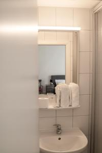 A bathroom at The Dubliner Hotel & Irish Pub