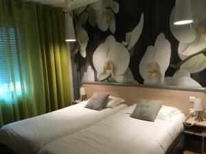 A bed or beds in a room at Au P'tit Creux des Landes