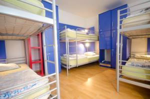 Ein Etagenbett oder Etagenbetten in einem Zimmer der Unterkunft H2O Hostel