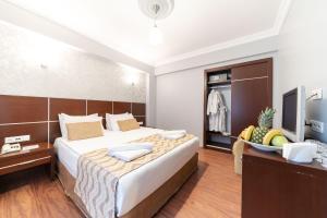 سرير أو أسرّة في غرفة في فندق وسبا ريدوس ترمال
