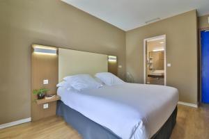 Een bed of bedden in een kamer bij Hotel Amiraute