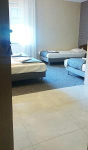 Łóżko lub łóżka w pokoju w obiekcie Zajazd u Sosny
