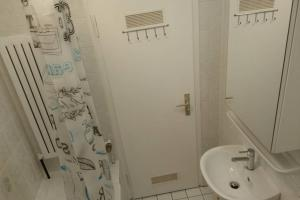 A bathroom at Up to 8! New, modern, near city, Messe and airport