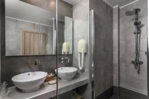A bathroom at Portiani Hotel