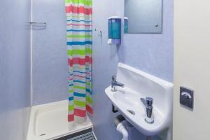A bathroom at Astor Victoria Hostel