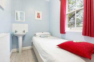 A bed or beds in a room at Astor Victoria Hostel