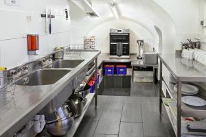 A kitchen or kitchenette at Astor Victoria Hostel