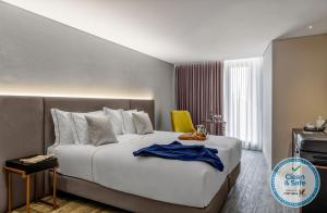 A bed or beds in a room at Hotel Moon & Sun Braga