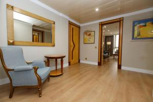 A seating area at Oca Puerta del Camino Hotel