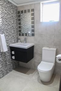 A bathroom at The Cato Suites Hotel