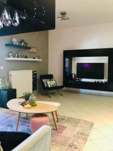 A television and/or entertainment centre at Clean & Comfortable Apartments