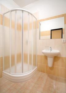 Ein Badezimmer in der Unterkunft Pension Wallis
