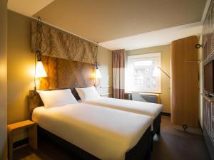 Een bed of bedden in een kamer bij ibis Gent Centrum Opera