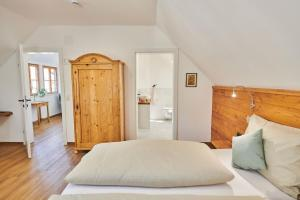 A bed or beds in a room at Leopold an der Ybbs