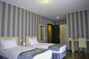 Кровать или кровати в номере Edelweiss Hotel